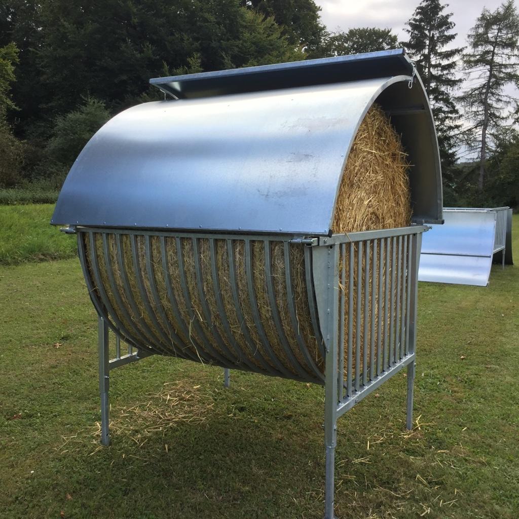 Rundballenraufe mit Dach für gehörnte Tiere